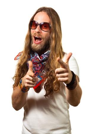 figli dei fiori: Bello e divertente hippie maschile che punta le mani verso la fotocamera, isolato su bianco