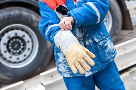 Przemysł chemiczny. Pracuj nosić rękawiczki, aby chronić rękę. Zdjęcie Seryjne