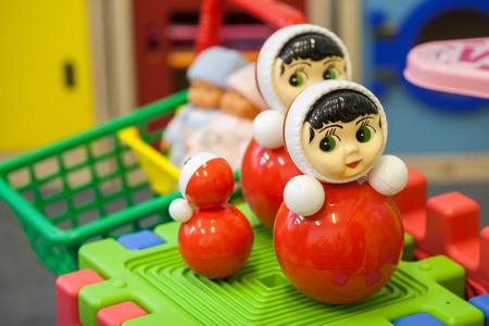 Kleurrijk speelgoed in speelkamer voor de kinderen. Kinderen speelgoed. Educatief speelgoed voor kinderen. Roly-poly speelgoed Stockfoto