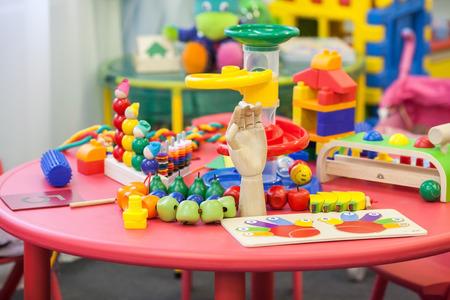 Kleurrijk speelgoed op een tafel in een speelkamer voor de kinderen. Kinderen speelgoed. Educatief speelgoed voor kinderen.