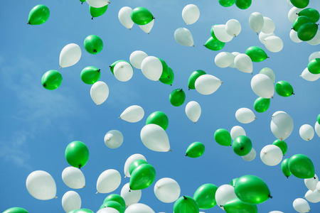 Green and white balloons in the sky. Balloons in the sky. elebration Фото со стока
