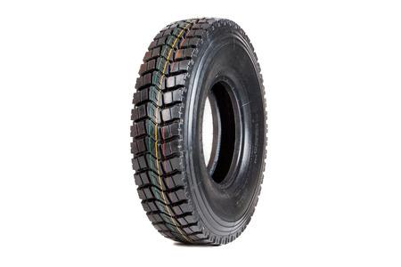 huellas de llantas: neumático de coche aislado en el fondo blanco. aislado de neumáticos para camiones. aislado neumáticos volcado.