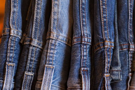 Jeans sur fond de bois. Blue Jeans. Les vêtements sur un fond brun.