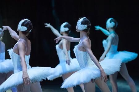 Ballet lac de cygne. déclaration Ballet. Ballerines dans le mouvement. Pieds de ballerines près. Banque d'images - 65645987