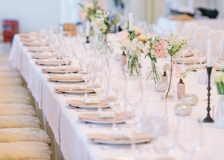 Hochzeitsdekor. Hochzeitsinnenraum. Festliches Dekor. Blumenstrauß aus Frühlingsblumen. Hochzeitsstrauß. Tischdekoration. Tabellenlayout Pastellton. Restaurant Interieur.