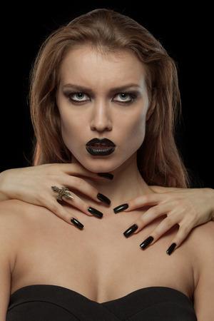 imminence: Retrato del primer de una mujer bastante gótico con las manos de vampiro en su cuello sobre fondo negro