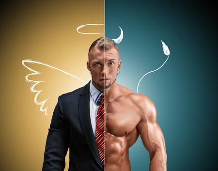 desnudo masculino: Hombre atractivo en un traje de negocios y sin ella sobre un fondo amarillo-azul. concepto de la belleza y la fuerza, y el contraste de la imagen día y noche de un ángel y un diablo entre