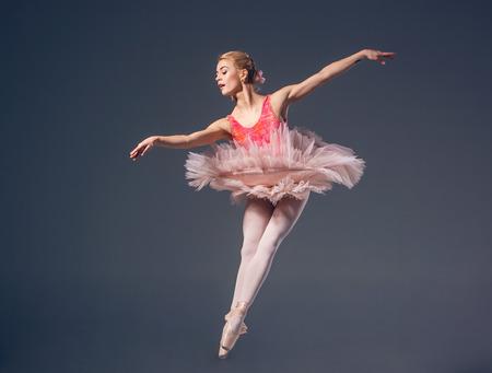 灰色の背景に美しい女性バレエ ダンサー。 写真素材