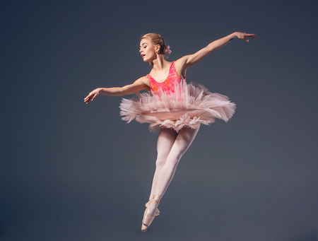 회색 배경에 아름 다운 여성 발레 댄서입니다.