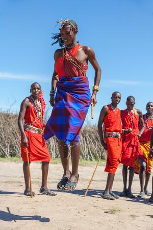 Masai Mara, Kenia, AFRIKA 12. Februar: Massai-Krieger tanzen traditionelle Sprünge als kulturelle Zeremonie, Kritik des Alltagslebens der Menschen vor Ort, in der Nähe von Masai Mara National Park Reserve, 12. Februar 2010, Kenia Standard-Bild - 36083091