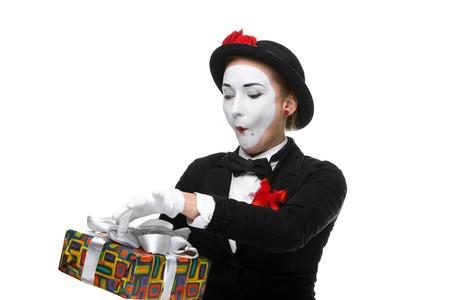 mimo: Mime mujer como juguet�n, alegre y emocionada con el regalo de pie aislado en fondo blanco. Foto de archivo