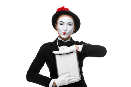 mimo: mujer de negocios en los mime imagen sosteniendo tablet PC y demuestran nada. aislado en fondo blanco