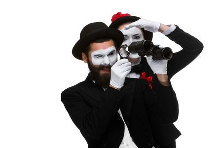 approfondi: Deux m�mes les gens d'affaires en regardant � travers un verre et des jumelles isol� sur fond blanc grossissant. notion recherche approfondie