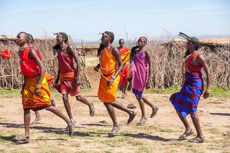 Masai Mara, Kenia, ÁFRICA 12 de febrero: los guerreros Masai que bailan saltos tradicionales como la ceremonia cultural, la revisión de la vida cotidiana de la población local, cerca de Masai Mara Reserva Nacional Park, 12 de febrero 2010, Kenia Editorial