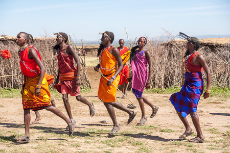 Masai Mara, Kenia, ÁFRICA 12 de febrero: los guerreros Masai que bailan saltos tradicionales como la ceremonia cultural, la revisión de la vida cotidiana de la población local, cerca de Masai Mara Reserva Nacional Park, 12 de febrero 2010, Kenia