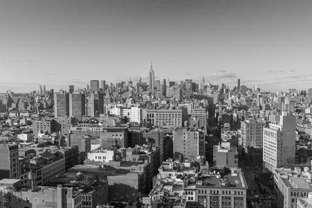 colourless: EE.UU., CIUDAD DE NUEVA YORK - 27 de abril 2012: horizonte de Manhattan de Nueva York vista a�rea con calle y rascacielos. foto incoloro