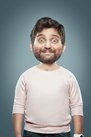 portret van verbazing en bewondering man in de studio met grote kop over grijze achtergrond. Concept - volwassenen als kinderen