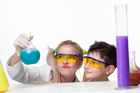 química: Experimentos adolescentes y profesor de química en la lección de química haciendo aisladas sobre fondo blanco