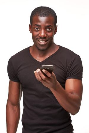 negras africanas: Retrato del hombre africano sonriente hablando por teléfono aislado en un fondo blanco