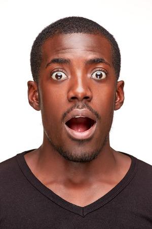 cara sorprendida: retrato de hombre africano hermoso joven negro sonriente, aislado sobre fondo blanco