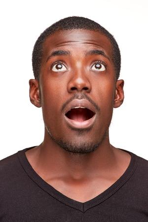 잘 생긴 젊은 흑인 아프리카 웃는 남자의 초상화, 흰색 배경에 고립