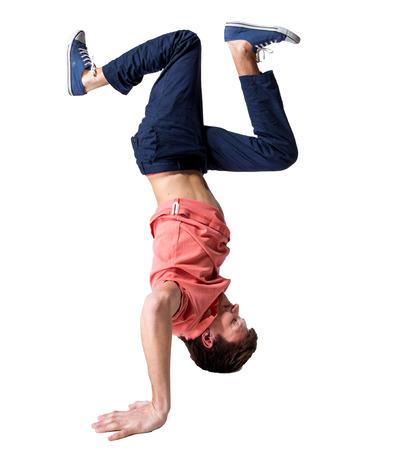 bailarin hombre: Bailarín de la rotura haciendo una parada de manos una mano sobre un fondo blanco Foto de archivo