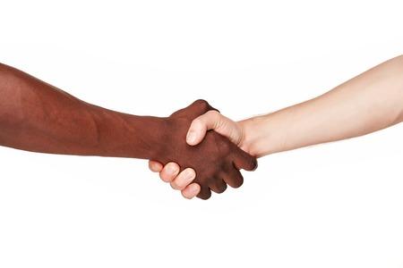 Armdrücken gegen Rassismus - Schwarz und weiß den menschlichen Händen in einem modernen Handshake, einander Freundschaft und Respekt zu zeigen. isoliert auf weißem Hintergrund