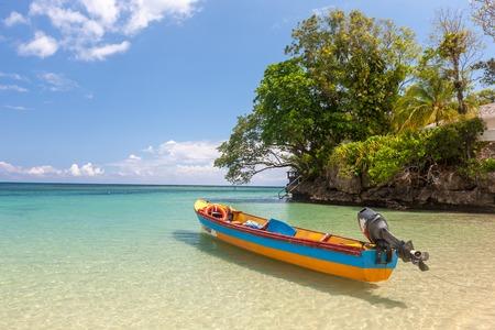 자메이카의 파라다이스 해변에서 물고기 보트 스톡 콘텐츠