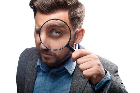 白い背景で隔離の虫眼鏡のジャケットの男
