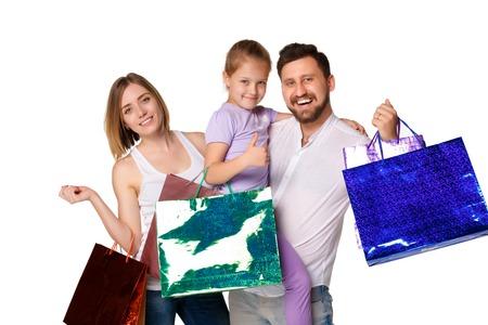 family mart: Famiglia felice con le borse della spesa in piedi in studio, isolato su sfondo bianco Archivio Fotografico