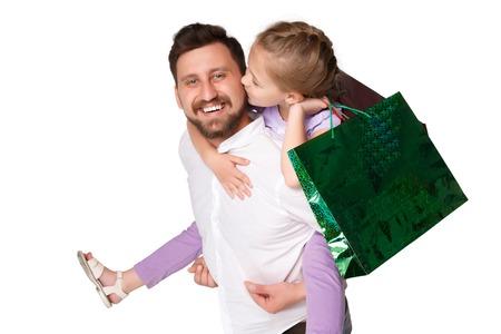 family mart: Padre e figlia felici con borse della spesa in piedi nello studio, isolato su sfondo bianco. padre teneva la figlia