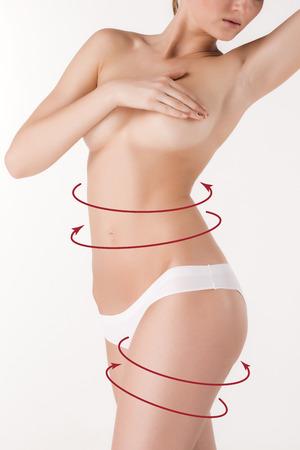 Körperkorrektur mit Hilfe der plastischen Chirurgie auf weißem Hintergrund, Seitenansicht. Frau Bauch markiert für Schönheitschirurgie und Fettabsaugung Standard-Bild