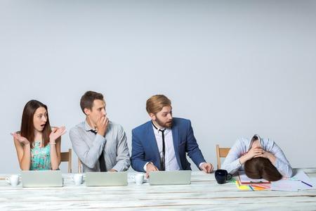 patron: Equipo de negocios trabajando en su proyecto de negocios juntos en la oficina en el fondo gris claro. Todo el mundo se pregunta, jefe de dormir. copyspace.