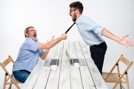 conflicto: Conflicto del asunto. Los dos hombres que expresan negatividad mientras que un hombre le quitó la corbata de su rival en el fondo blanco