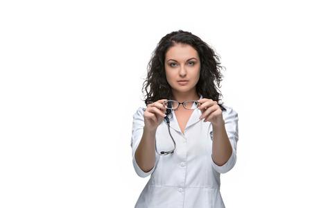oculist: Mujer del óptico o oculista dando un par de gafas en el fondo blanco. Foto de archivo