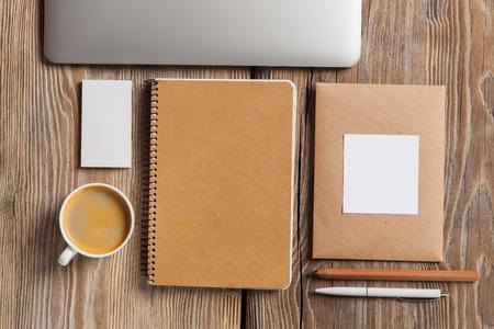 papeles oficina: La maqueta de dise�o de respuesta en el fondo de madera Foto de archivo