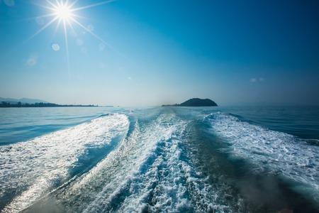 despertar: Estela de un ferry. Al salir de la una de la isla en Tailandia Foto de archivo