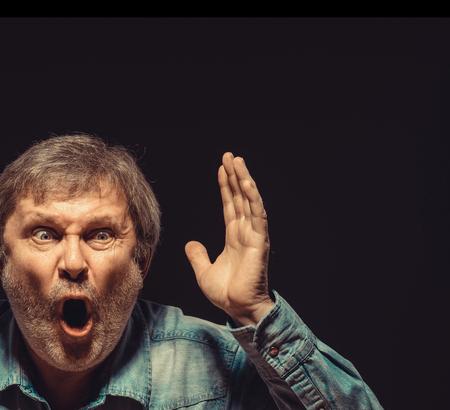 éxtasis: La vista frontal del hombre gritando apuesto como ventilador en camisa vaquera. Concepto de entusiasmo y el éxtasis
