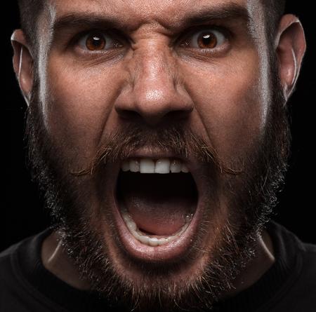 boca: Close-up retrato de hombre enojado gritando y Foto de archivo