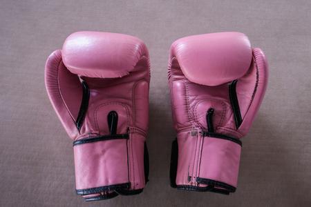 guantes: El par de guantes de boxeo de color rosa sobre fondo de color rosa