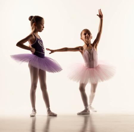 junge nackte frau: Die beiden kleinen Ballett M�dchen im Ballettr�ckchen stehend gegen wei�e Studio Lizenzfreie Bilder