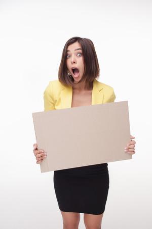 hoja en blanco: sorprendido de negocios que muestra la tarjeta o banner con copia espacio sobre fondo blanco