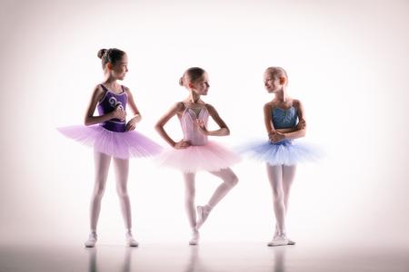 bebes niñas: Las siluetas de las pequeñas bailarinas en el estudio de danza posando sobre un fondo blanco