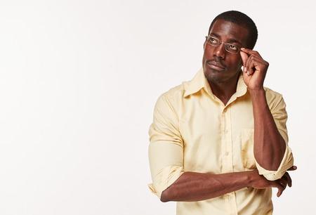 Jonge zwarte Afrikaanse man, denken en opzoeken, geïsoleerd op een witte achtergrond