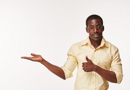 Close-up portret van knappe jonge zwarte Afrikaanse lachende man, iets, geïsoleerd op een witte achtergrond die. Positieve menselijke emoties