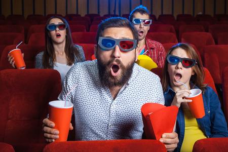 teatro: Una variedad de emociones humanas de amigos la celebraci�n de un refresco de cola y palomitas en el cine.