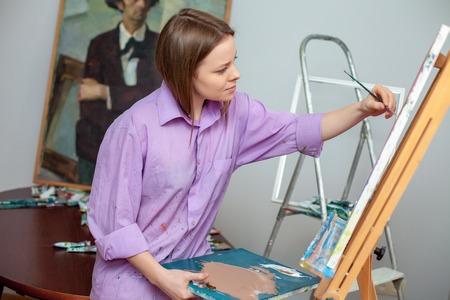 paleta: Creativo artista femenina dibujo de la imagen en el estudio Foto de archivo