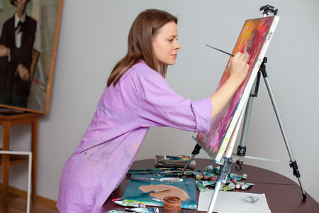 mooie vrouwen: Creative vrouwelijke kunstenaar het tekenen van de foto in de studio