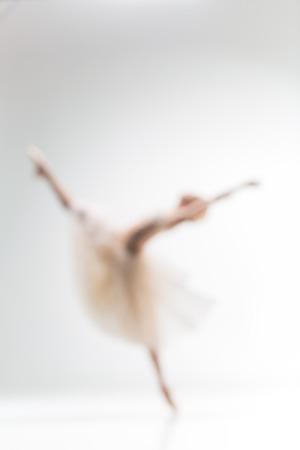 흰색 배경에 발레리나 춤의 흐리게 실루엣