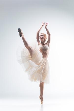 silueta humana: La silueta del baile de la bailarina en el fondo blanco